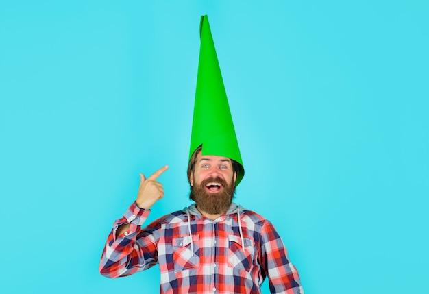 Распродажа со скидкой, реклама смешного человека, пространство для вашего текста, бородатый мужчина с бумажным громкоговорителем на голове