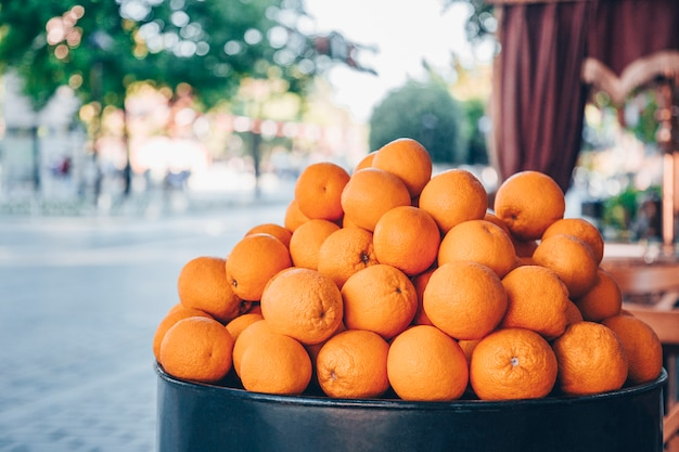 街でのオレンジの販売