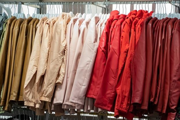 Продажа зимней и осенней одежды в большом торговом центре.