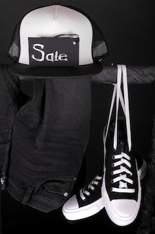 販売サイン。黒と白のスニーカー、キャップブラックフライデー。閉じる。