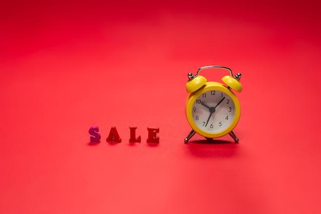 Текст продажи на красном заднем. скопируйте пространство. продажа баннеров.