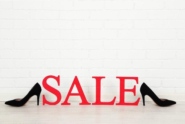 部屋の床に靴を履いて販売
