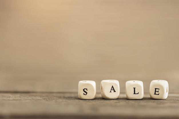 Слово продажи на деревянном tsble с космосом экземпляра. креативная идея для продажи, торговая концепция