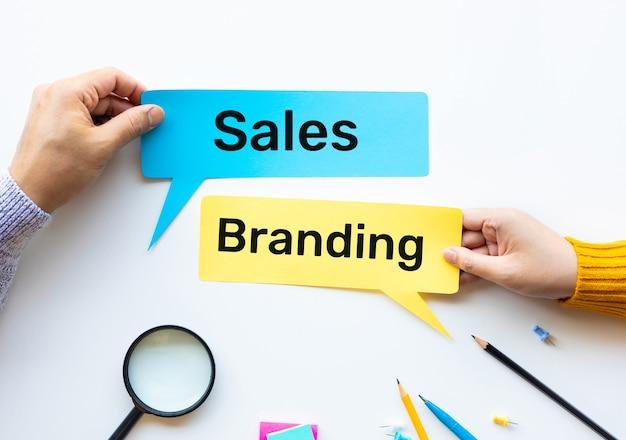 Продажи и брендинг с концепциями маркетинговой стратегии с taxt и на бумаге, а также управление ручным трудом работников