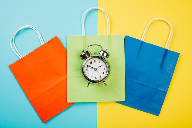 Concetto di vendita con allarme su borse colorate