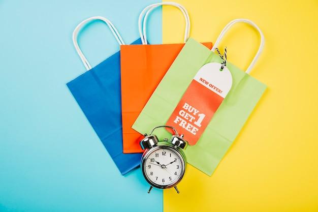 Concetto di vendita con borse colorate e allarme
