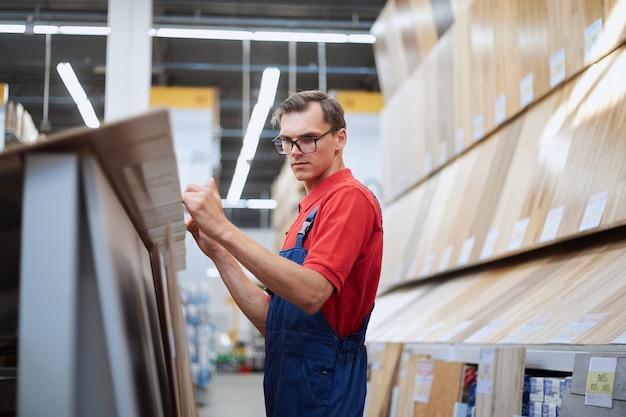 Консультант по продажам проверяет маркировку на ламинатной доске