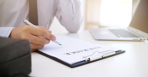 Менеджер по продажам дает документ формы заявки на консультацию