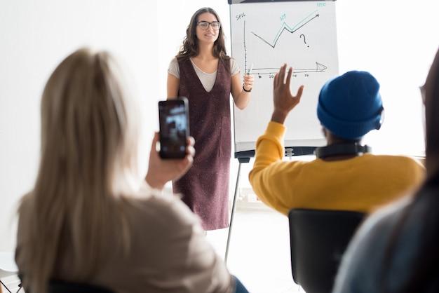Менеджер по продажам проводит семинар для студентов