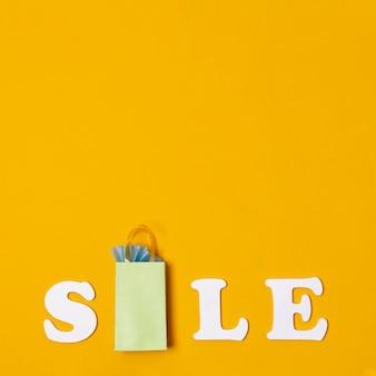 Продажи с концепцией бумажных пакетов на оранжевом фоне