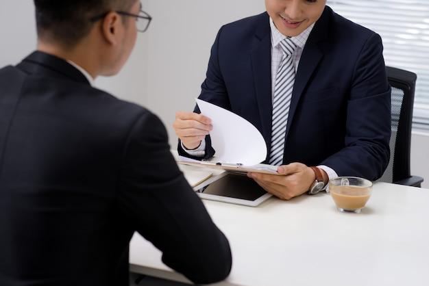 Продавец объясняет свою идею преодоления кризиса коллеге