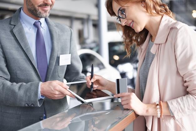 Продавец с помощью цифрового планшета для входа в систему