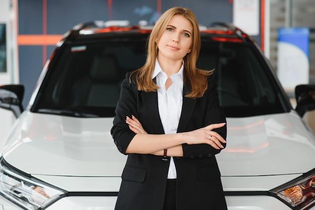 자동차 대리점에서 자동차를 판매하는 영업 사원
