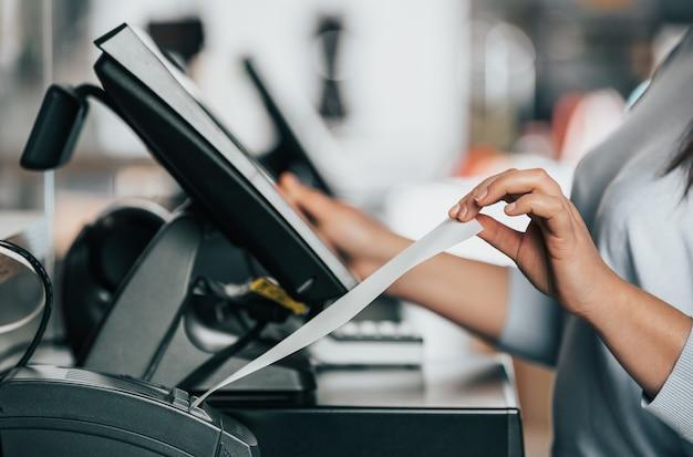 고객, 판매 시간, 할인 기간, pos 개념에 대한 영수증 또는 송장을 인쇄하는 판매원 또는 쇼핑 소녀