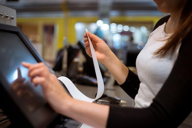 Продавщица / продавщица распечатывает квитанцию / счет для клиента, время продажи, период скидки