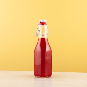 병에 든 살감 또는 발효된 비트 주스 인기 있는 터키 음료 노란색 배경 복사 공간