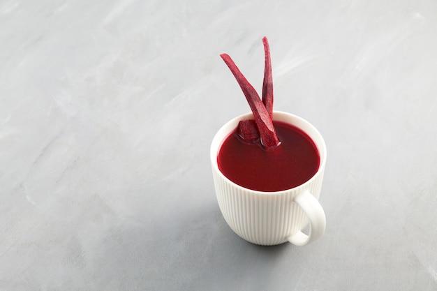 자색 당근 순무 또는 비트를 발효시켜 만든 인기 있는 터키 음료 살감
