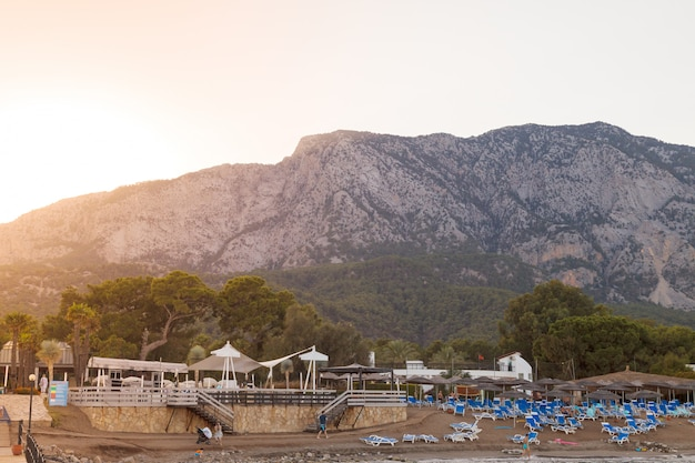 一日の終わりに、ホテルのクラブsalimaの外にある地中海のビーチで、ビーチラウンジャー
