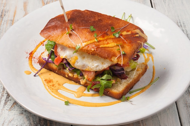 허브 개념 아침 식사와 연어와 계란 샌드위치