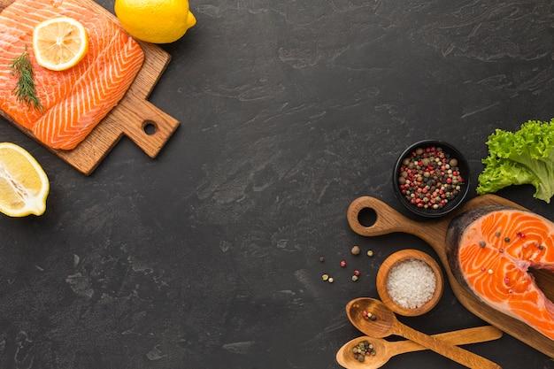 Вид сверху расположение лосося и лимона