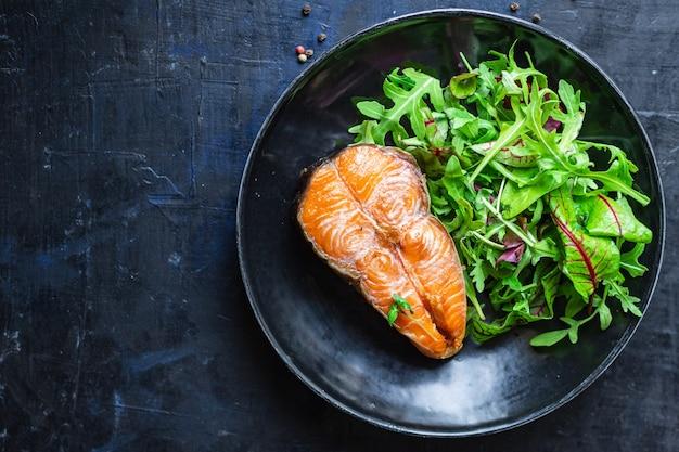サーモンとサラダは緑の魚のシーフードスナックペスカタリアンダイエットを残します