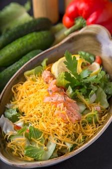 サーモンと野菜のサラダ、黄色のチーズ