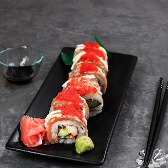 Суши-ролл с лососем, крабовая палочка, огурец и жареный лосось с тобико.