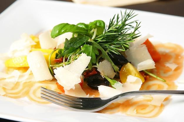 Карпаччо из лосося с некоторыми дополнениями и вилкой на столе
