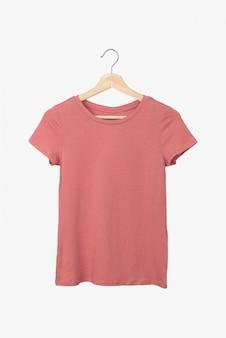 옷걸이에 연어 색 티셔츠