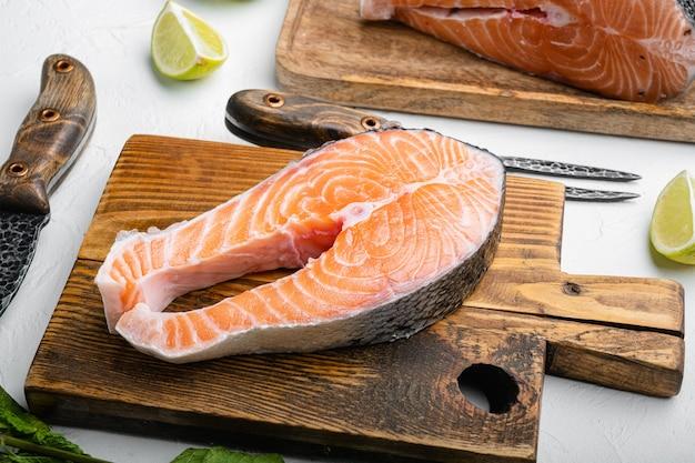 Набор для резки лосося, на фоне белого каменного стола