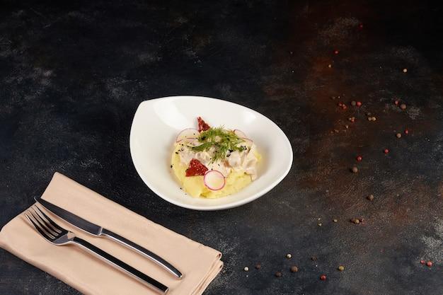 Котлета из лосося и картофельное пюре со сливочным соусом