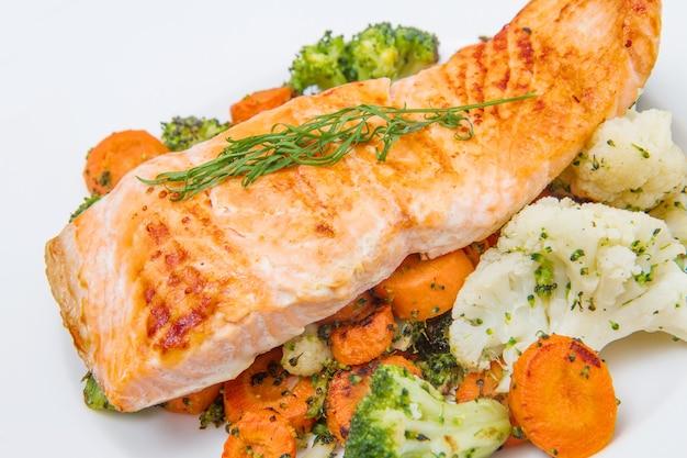 Филе лосося на подушке из брокколи, цветной капусты и моркови