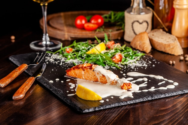 Salmon fillet with arugula.