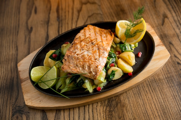 Salmon fillet with gratinated potatoes, leek and spinach