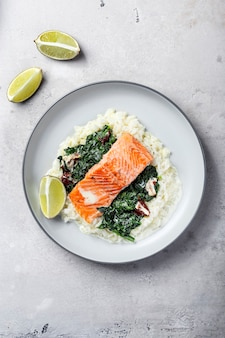 Филе лосося с рисом, гарниром из шпината и соком лайма