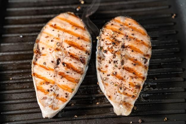 Филе лосося на сковороде.