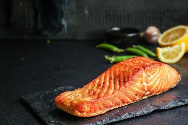 Лосось рыба жареный барбекю гриль морепродукты запеченная еда вкусный вид сверху,