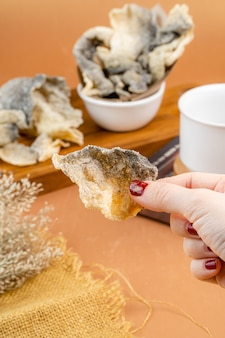 鮭の皮またはサクサクの魚の皮皮は調味料で均一にコーティングされています