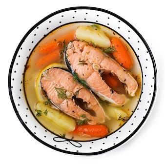 그릇에 야채와 연어 생선 수프입니다.