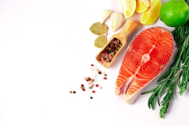 Стейк из лосося, бабочка, свежий, сырой, со специями, здоровое питание,