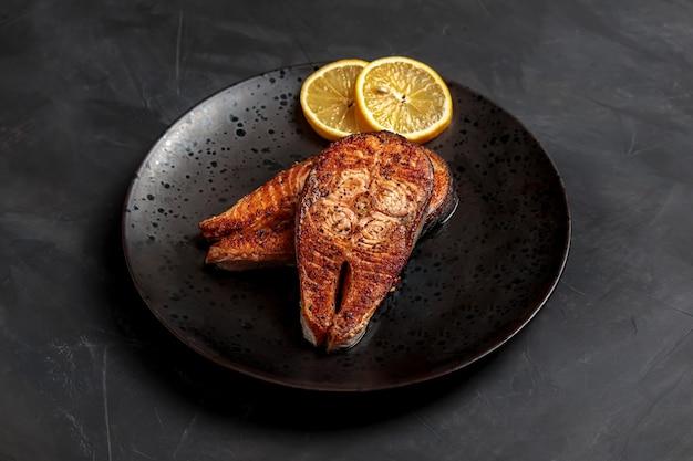 Стейк из лосося и рыбы ужин тарелка с морепродуктами лосось на гриле с лимоном, вкусный обед