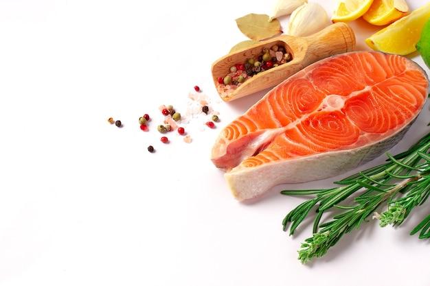 Стейк из лосося со специями на белом фоне