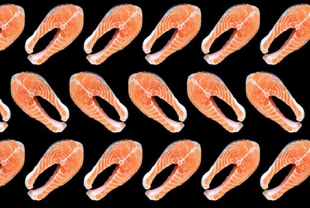 검은 배경에 격리된 연어 생선 스테이크입니다. 오메가 3 비타민, 건강한 생활 방식. 천연 채식 음식. 평면도.