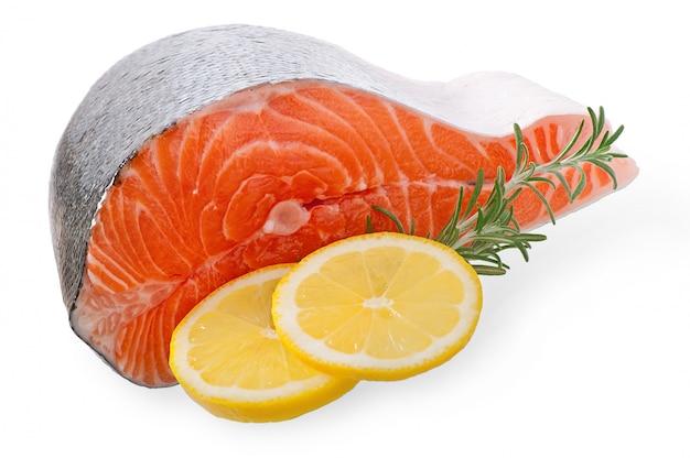 Pesce salmone con limone isolato