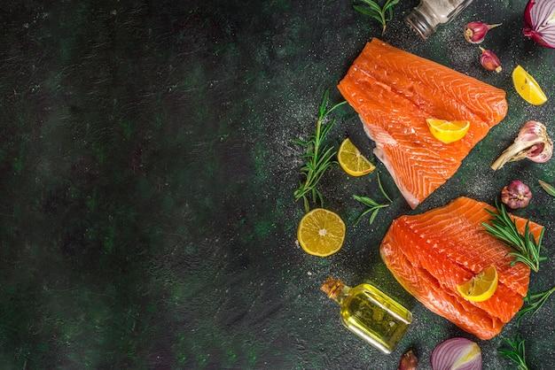 Лосось. свежее сырое филе лосося с кулинарными ингредиентами