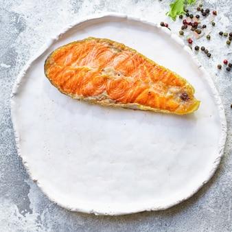 サーモンステーキフィレの白いプレートプラート