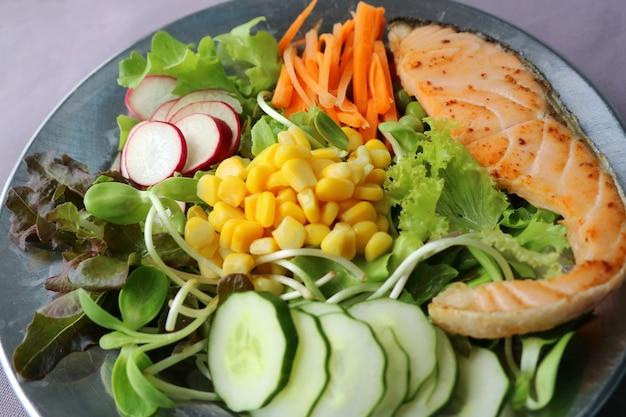 サーモンのグリルと新鮮な野菜のサラダ