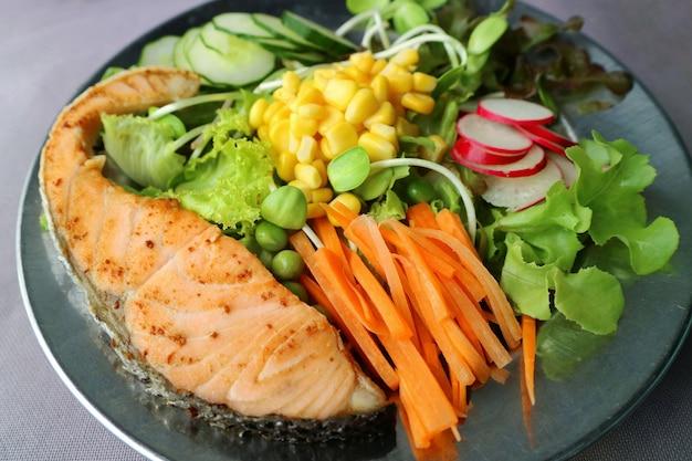 サーモンのグリルと野菜のミックスサラダ