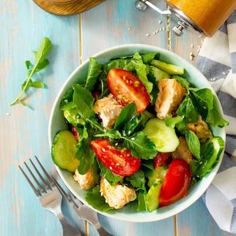 Салат из лосося на гриле с помидорами и огурцами свежая руккола вид сверху плоская планировка