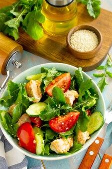 Салат на гриле из лосося с помидорами и огурцами